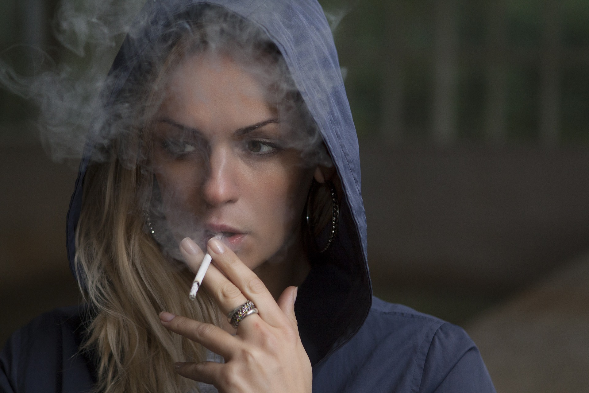 Powody, dlaczego coraz młodsi ludzie sięgają po papierosy.