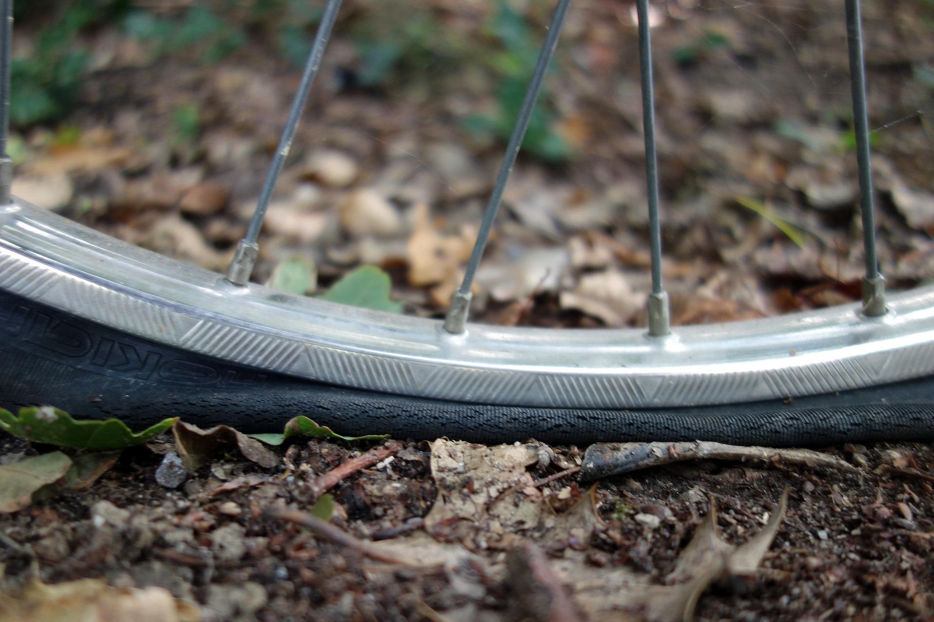 Zmina własnej przebitej opony w rowerze to podstawowa umiejętność