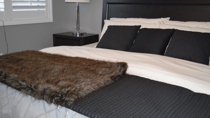 Szara sypialnia nie musi być nudna