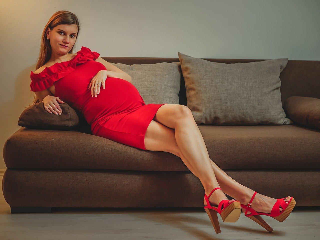 32 tydzień ciąży, mama na kanapie