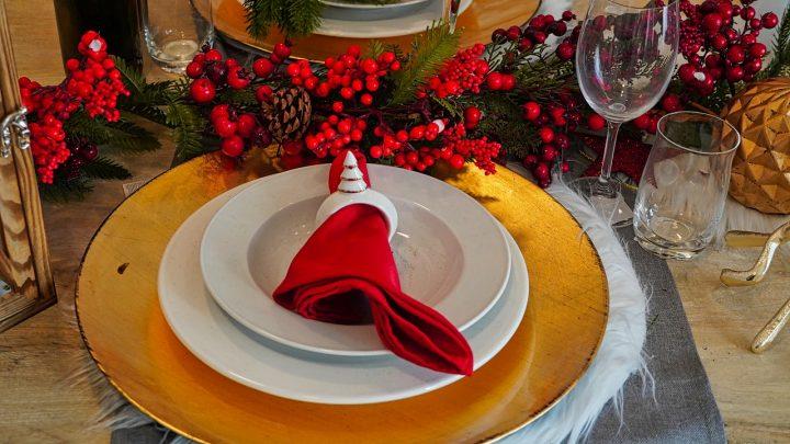 Pomysły na udekorowanie świątecznego stołu
